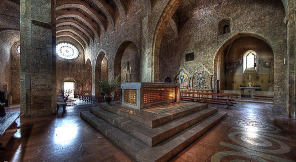 Chiesa di san pietro di assisi bella umbria for Interno san pietro